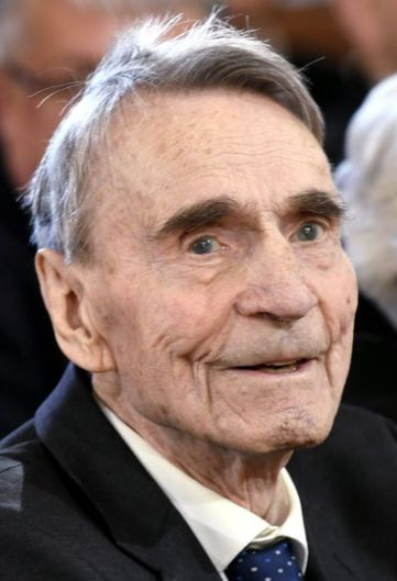 † Mauno Koivisto (93) 12-05-2017 Mauno Koivisto, de eerste linkse president van Finland, is op 93-jarige leeftijd overleden. Koivisto werd in 1923 geboren en was de zoon van een scheepstimmerman. Hij werd in 1982 de negende president van het Scandinavische land en vervulde die functie twee termijnen van zes jaar. https://youtu.be/TmU1VST8UJ4