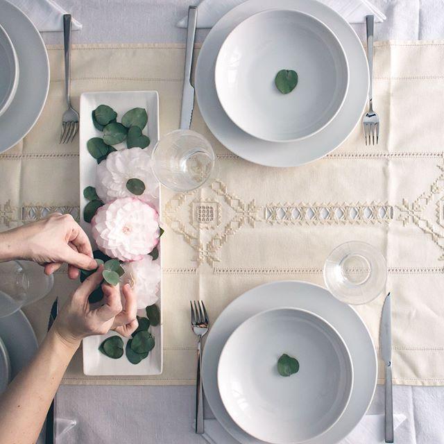 """""""Apparecchiare la tavola è un'arte nascosta per chi, come me, ama prendersi cura dei dettagli. Oggi ho deciso di ispirarmi alla primavera"""" @donatellase per #raccontididonne"""