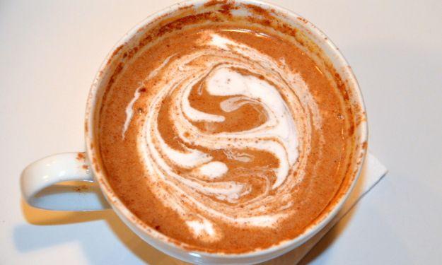 Напитки с тыквенными специями #PumpkinSpice замечательно согревают, когда начитаются первые холода. Великолепное тыквенную смесь корицы, имбиря, ванили, кленового сиропа, мускатного ореха можно добавить в любимый напиток: чашечку чая, кофе, ореховое молоко. Я добавляю их в миндальное молоко и пью вечером с сухофруктами вместо ужина.