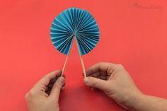 Aprender cómo hacer abanicos de papel es muy sencillo, ya verás. Es una manualidad muy divertida, pues nos permite crear un accesorio no sólo bello, sino también elegante y útil para esos días calurosos, puedes hacerlo y tenerlo siempre a mano para los momentos de intenso calor, una brisa refrescante siempre es