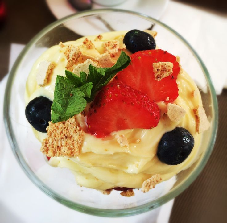 Amazing tastes! #desert #meringue #vanilla #strawberries #bucharest