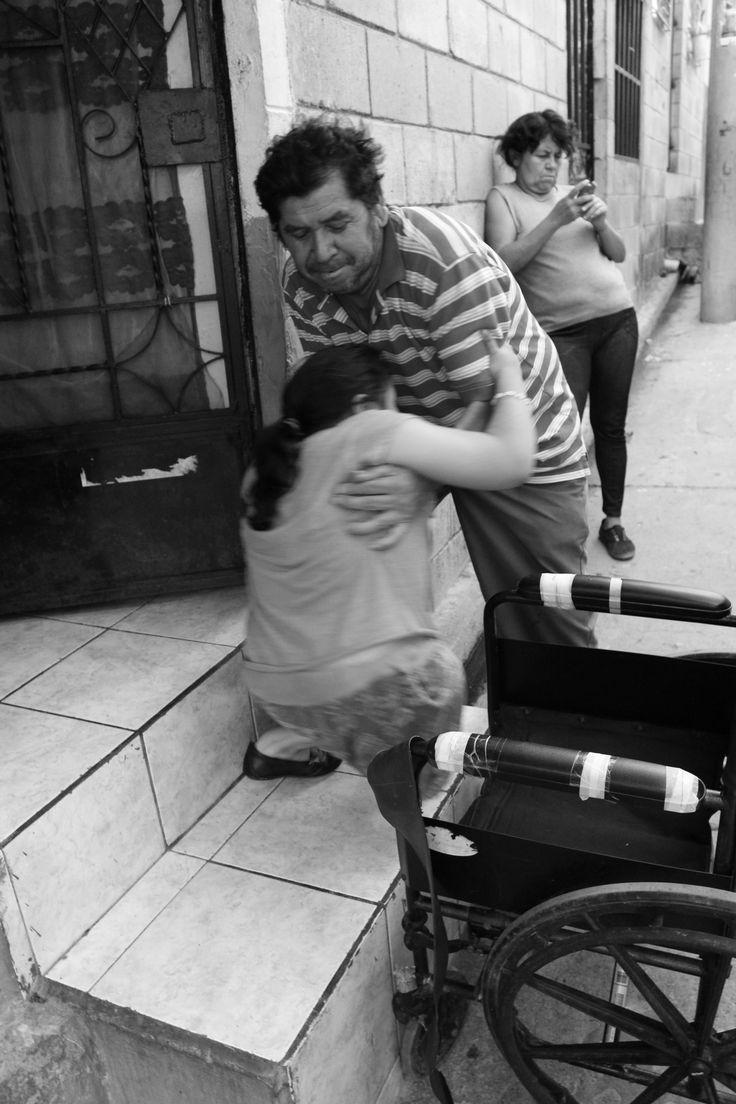en esta foto la niña ya cuenta con 12 años y sigue siendo afectada por la enfermedad de osteogenesis imperfecta y es el padre quien se encarga de cuidarla es la unica persona quien la puede mover o tocar por que es muy fragil y cualquier fuerza aunque sea leve qiebra y daña sus equeleto humano..!!