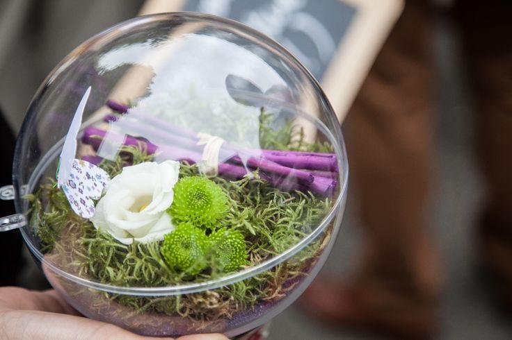 Un coussin porte alliance végétal dans une bulle transparente