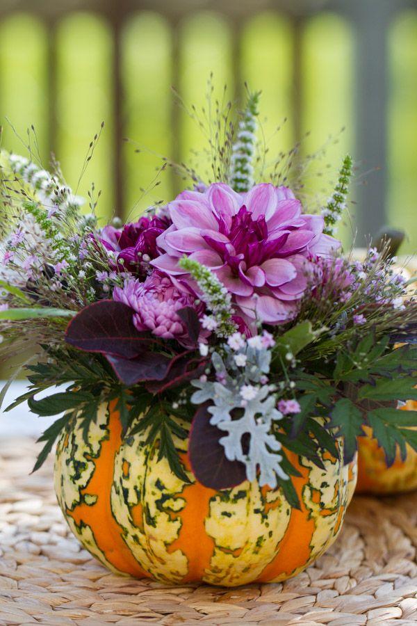 Herbstliches Blumengesteck im Kürbis