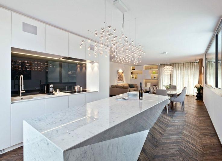 plaque anti claboussure en verre noir lot de cuisine en marbre blanc et parquet