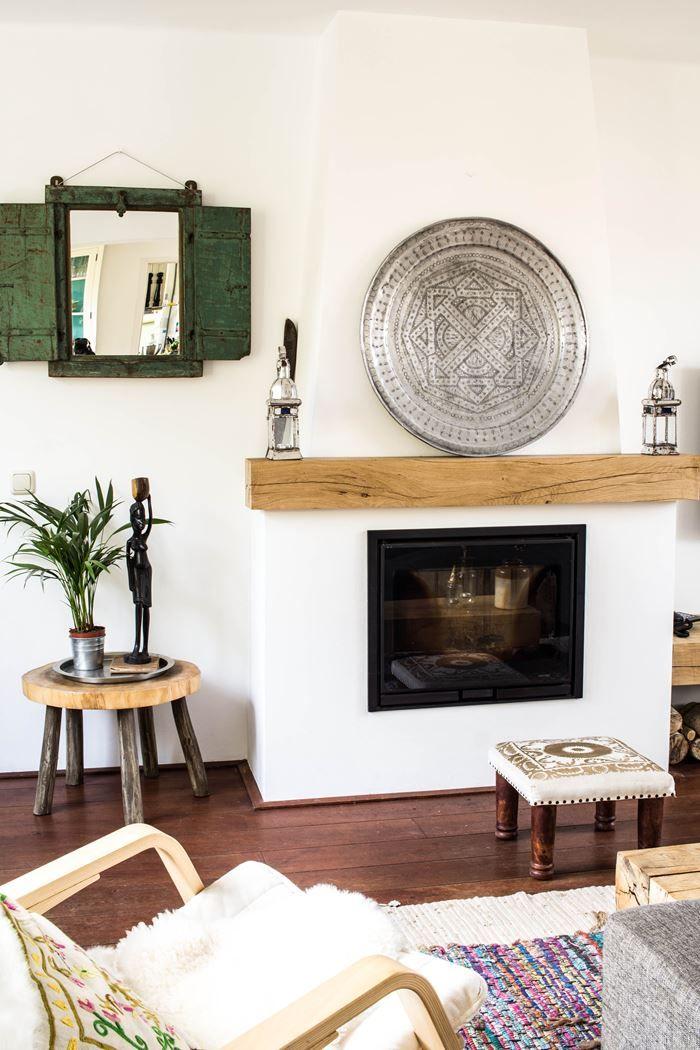 Binnenkijken in mijn eigen woonkamer. De haard is netjes en de muren zijn gewit. Bekijk onze eclectische woonkamer in de blog.