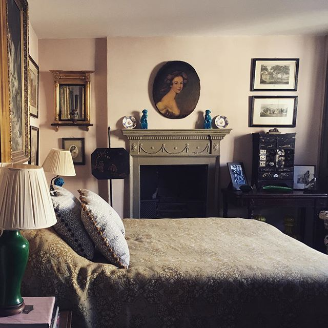Beautiful sunny morning here in Frome.  #sunny #cold #autumn #light #bedroom #interiors #antiques #interiordesign #frome #somerset #england #townhouse #regency #georgian #town #portrait #fireplace #tradchap