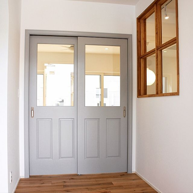 の塗装ドア/オークフローリング/福井建設/室内窓/ガラス間仕切り/ガラスドア…などについてのインテリア実例を紹介。「S様邸の玄関ホールです。 玄関を開けるとグレーのガラスドアと、キッチンが見えるガラス窓があり、北側なのにとっても明るいです(^o^)」(この写真は 2017-07-15 12:43:50 に共有されました)