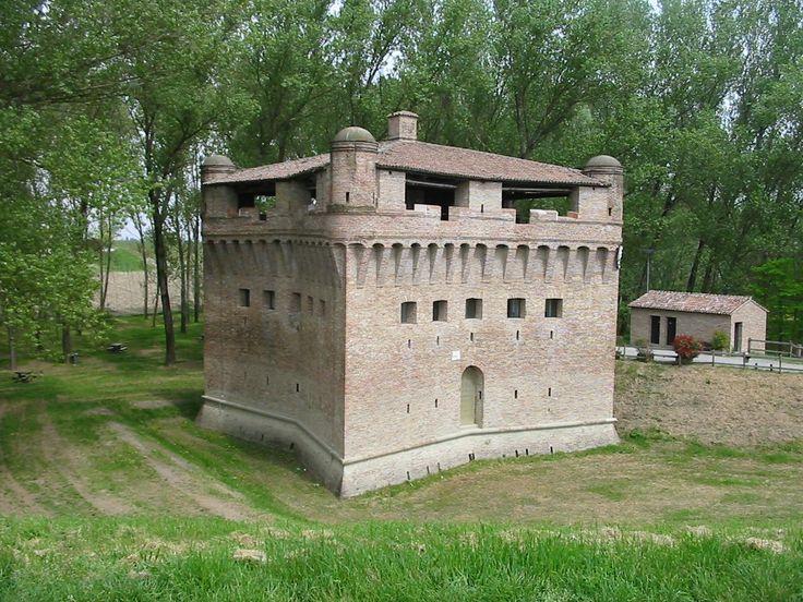 Rocca Possente  , a Stellata ,frazione di Bondeno (FE) ;  torre difensiva posta sulla riva del Po edificata attorno all'XI secolo e  ampliata nel 1362 da Niccolò II d'Este.