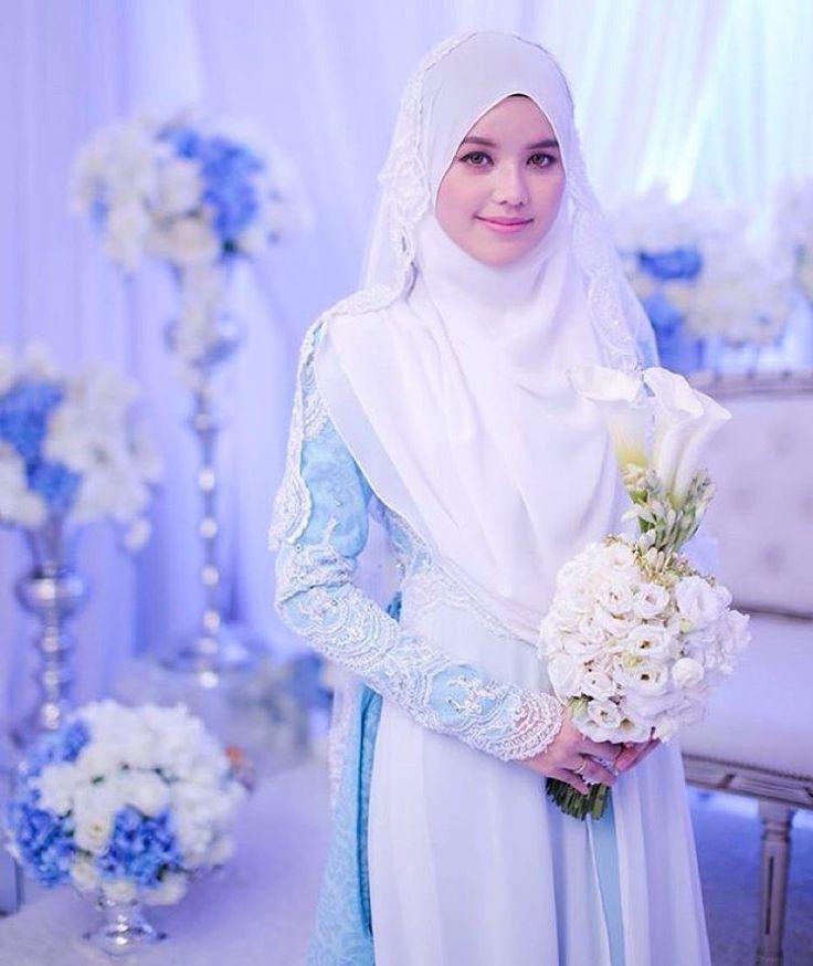 Perpaduan warna biru dan putih serta tatanan jilbab yang simpel dan sederhana menambah kesan anggun dari sang mempelai wanita.