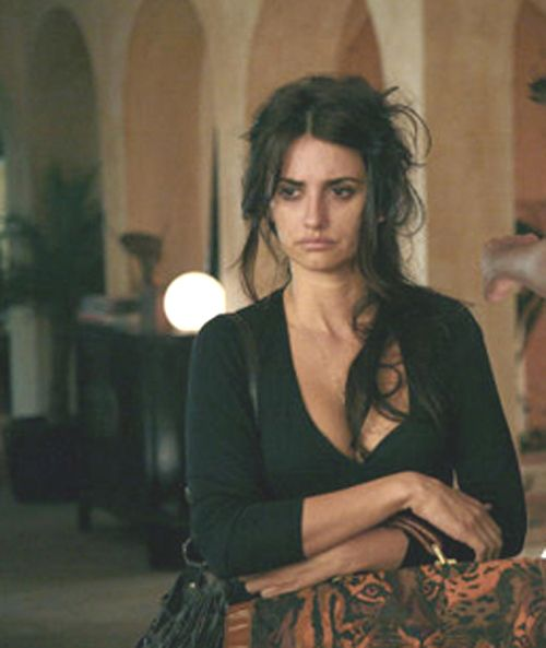 wonderfully messy. love her hair, outfit, and bags. Penelope Cruz, Vicky Cristina Barcelona <3
