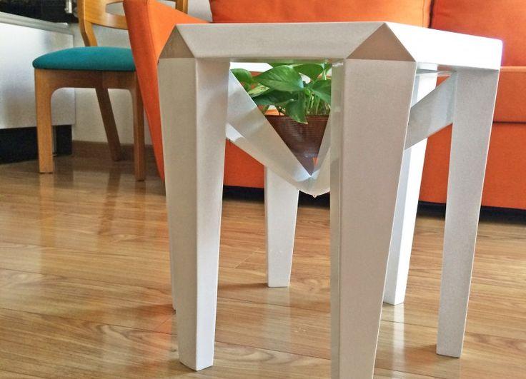 Si tratta di una tavola di compensato, pensò sembrano piuttosto nella loro struttura e l'uso. Si tratta di un tavolo dove è possibile servire il caffè e contemporaneamente vedere attraverso una bella pianta, si può vedere ogni angolo e apprezzare il diamante forma la sua struttura.