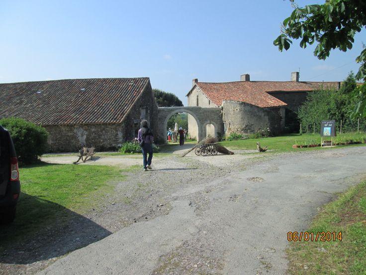 Installé sur une croupe, le Logis de la Bonnière fut édifié à la fin du Moyen-Age. Son constructeur pourrait appartenir à la famille de La Porte qui possédait l'ensemble des fiefs alentours.