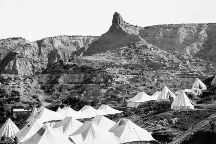 """Encampment at Gallipoli in October 1915 with the """"Sphinx"""" or """"Cathedral"""" in the background."""