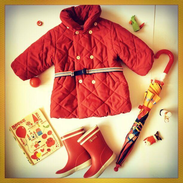 Stivali da pioggia: http://hipmums.it/collections/bambina/products/stivali-da-pioggia-rossi  Oppure: http://hipmums.it/collections/bambina/products/stivali-da-pioggia-rosa-interno-verde  Giacca: http://hipmums.it/collections/bambina/products/giaccone-doppiopetto-rosso-136