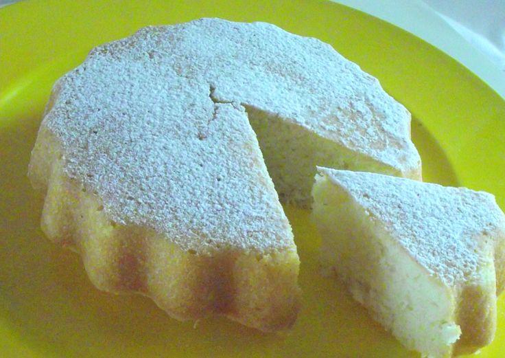 Una torta senza burro ,uova e latte.Adatta quindi agli intolleranti ma utile anche quando si ha voglia di dolce ma si hanno pochi ingredienti a disposizione.Una precisazione:la torta è piccola, il...