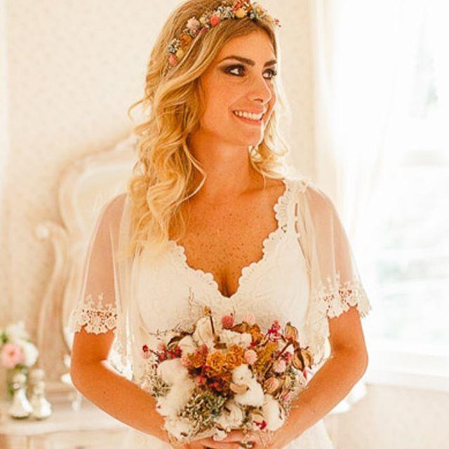 Da série;  noivas elegantes 👰🏼💅💎 Noiva mais que incrível, elegante, delicada e com muita personalidade!!! @aline_du_rocher linda linda 💖 com Bouquet de noiva, e coroa de flores desidratadas... por nós! 😊😉💐 #vilasanpietro #vanessaozflores  #bouquetdenoiva #coroadeflores #bohochic #bridalhair #ruaaugusta  #bridalcrown #headpieces #wedding #miniwedding #vintagestyle #vintagewedding