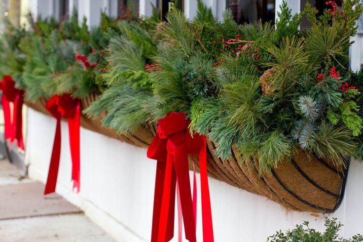 Как украсить сад к Новому году: 80 идей, которые преобразят ландшафтный дизайн вашего дома http://happymodern.ru/kak-ukrasit-sad-k-novomu-godu/ Красные банты и еловые ветви смотрятся очень гармонично