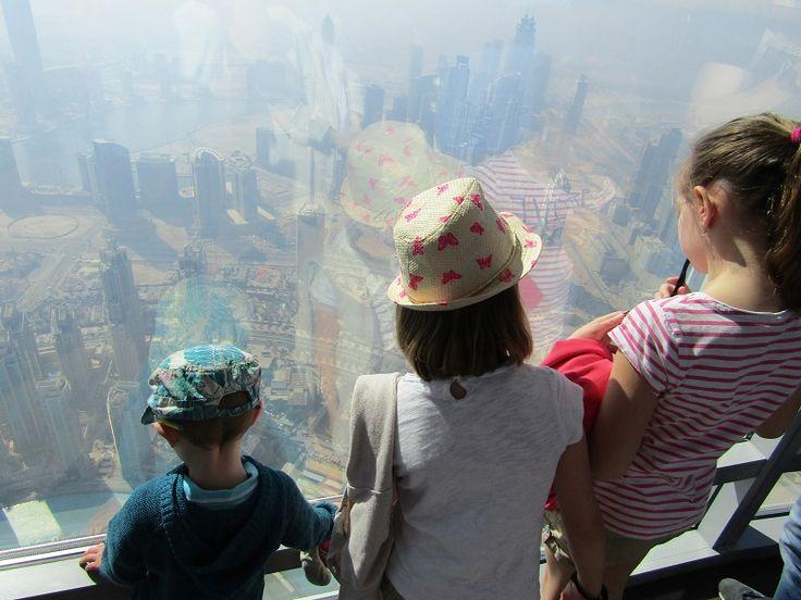 Dubai Burj Khalifa avec les enfants - Monter au sommet de la plus haute tour du monde en famille , une activité incontournable lors de votre voyage à Dubai