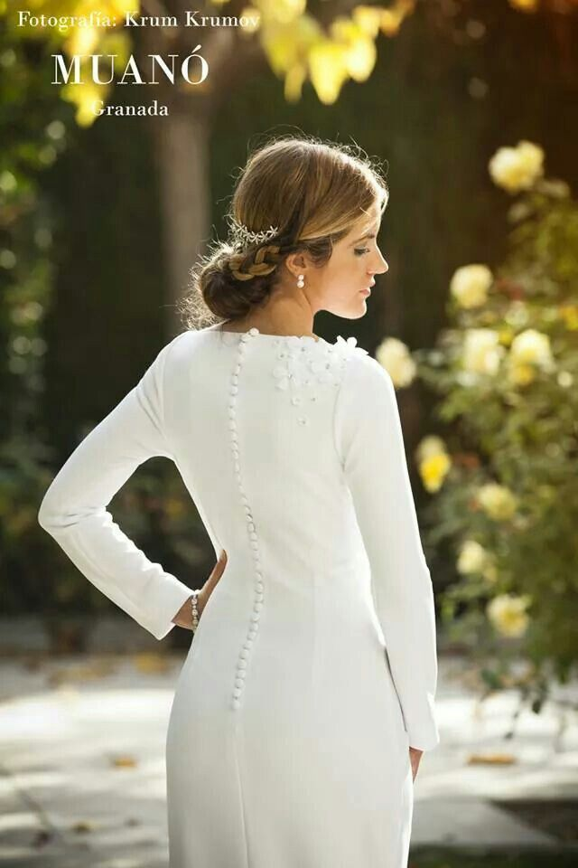 Vestido de novia Muanó. Fotografía krum krumov. Espalda con botoncitos y detalle de flores