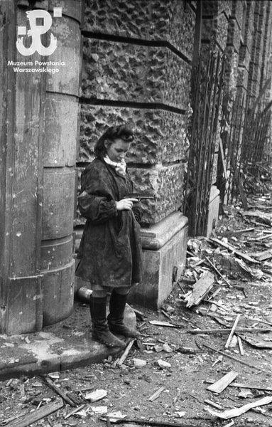 1st or 2nd October, nurse Henryka Wieczorek 'Heniuta' with a Pistolet ViS wz. 35 at a gate in Plac  Dabrowski.