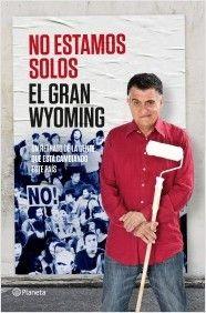 """""""No estamos solos """" de El Gran Wyoming. Tras el éxito de No estamos locos, el Gran Wyoming vuelve a una de sus grandes tribunas, las librerías, para levantar acta de esa evidencia. ¡Que no, que no estamos solos! Y se pueden conseguir cosas desde que muchas personas han decidido tomar la iniciativa. Este es el libro que le da voz a la gente que ha decidido pasar de la queja a la acción.  Signatura: N GRA noe 18/5/2015"""