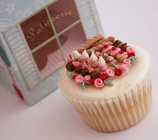 Miniature Patisserie Cupcake (2) by Buttercream Bakery, via Flickr: Minis Dog Qu, Little Cakes, Patisserie Cupcakes, Heart Cupcakes, French Patisserie, Cupcakes Rosa-Choqu, Buttercream Bakeries, Miniatures Patisserie, Cupcakes Flowers