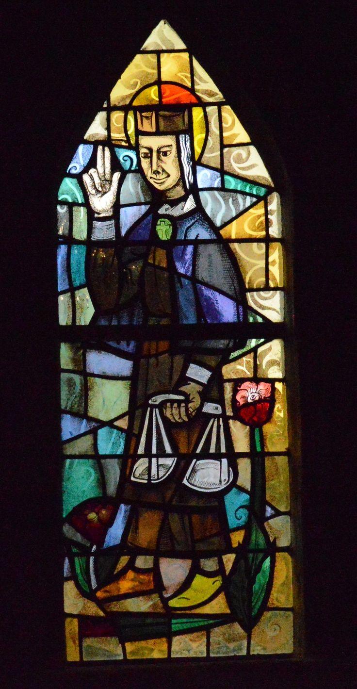 Eglise de Lanmodez (22) - Vitrail contemporain de saint Yves par la maître verrier Budet (1959) - Photo de Yves Pichon.