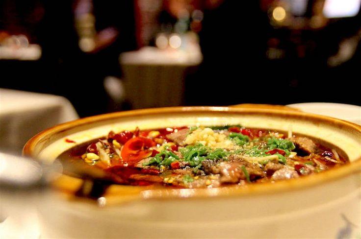 Mangiare cinese in Italia: dov'eravamo rimasti? Al punto di partenza: è possibile andare oltre la banalità dell'involtino primavera o ci si deve per forza abbandonare sulle poltrone da gnomo dell'economy, volare a Pechino e atterrare dritti in un ristorante con un minimo di velleità? No, se si considera l'ipotesi del ristorante Bon Wei, avamposto milanese del cibo cinese in versione Zhejialg. Non sono mai stata in Cina, difficile dirvi se c'è conformità con l'originale, ma se a parlare…