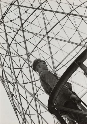 Alexander Rodchenko. Guard near Shukhov Tower. 1929. Collection of the Moscow House of Photography Museum. © A. Rodtschenko – V. Stepanova Archive.  © Moscow House of Photography Museum