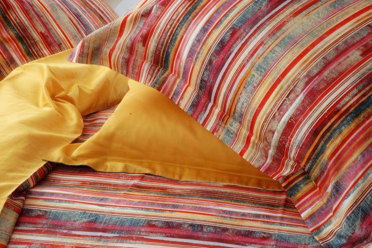 Fantasia a righe  stile anni '60, allegra e vivace esplosione di colori solari e brillanti una vera gioia per gli occhi, un tocco di originalità per la vostra camera da letto. Si sposa particolarmente bene con un arredamento moderno e dalle forme pulite. Realizzato esclusivamente in finissimo e lussuoso raso di cotone 100%.