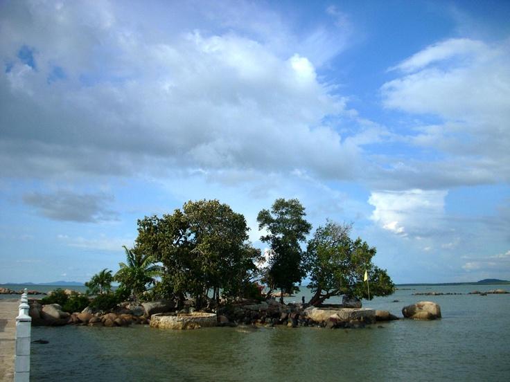Simping Island, the smallest island in the world. This island formerly known as Pulau Kelapa Dua.  http://www.goindonesia.com/id/hotels/indonesia/kalimantan/singkawang/objek_wisata/pulau_simping