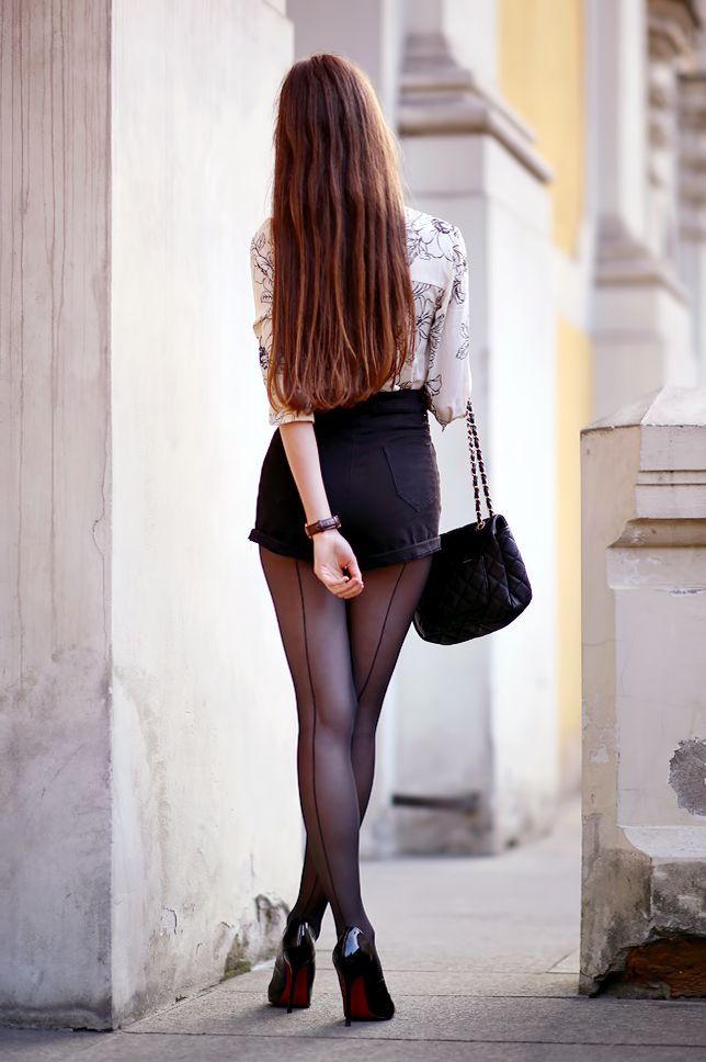 ...help! I have nothing to wear! - kobiecy blog o modzie: Beżowa koszula w kwiaty, czarne szorty z wysokim stanem, szpilki i rajstopy ze szwem