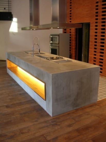 Betonnen keuken, fraai contrast met dat geel/oranje licht. Door giordano