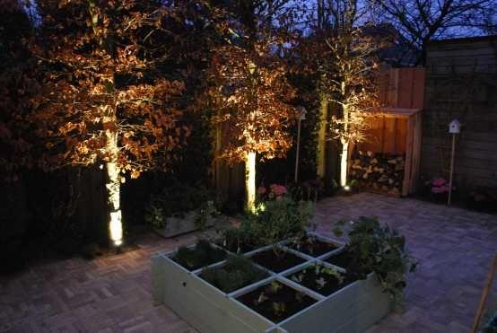 Eindresultaat van de Boerentuin in Eigen Huis & Tuin. In deze tuin licht buitenspot SCOPE de drie bomen uit. #buitenverlichting #tuinverlichting #buitenspot #tuinspot