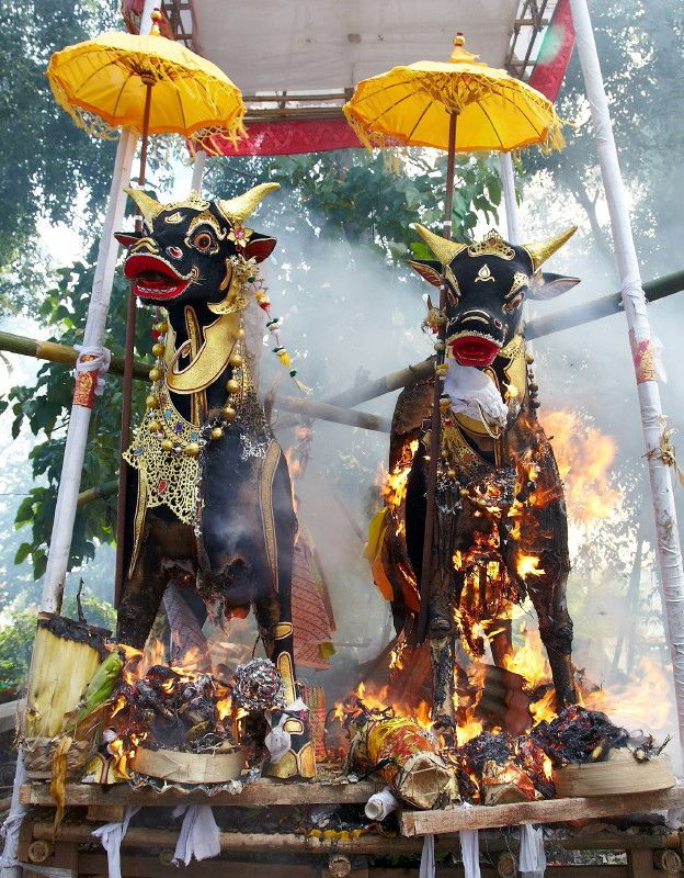 Peliatan cremation by Thomas on Flickr - The burial, Bali