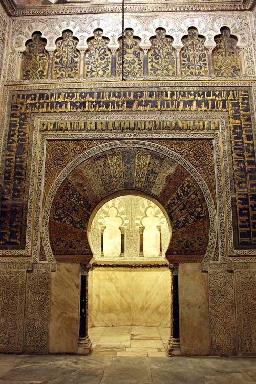 Muro del Mihrab de la Mezquita de Córdoba La característica hornacina labrada en el muro de la quibla para hacer de mihrab en la Mezquita de Córdoba toma forma de octógono cubierto por una pequeña cúpula en forma de concha, sujetada con seis arcos polilobulados. Al mihrab se accede a través de un gran arco de herradura con su correspondiente alfiz, sobre el que se observan una serie de arcos polilobulados con decoración vegetal, realizada en mosaico sobre fondo de oro. El alfiz y la serie…