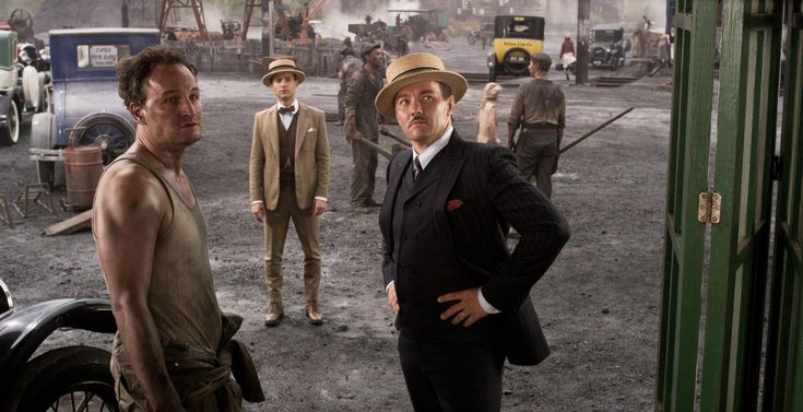 Still of Tobey Maguire, Jason Clarke and Joel Edgerton in Den store Gatsby (2013) http://www.movpins.com/dHQxMzQzMDky/the-great-gatsby-(2013)/still-1823974912