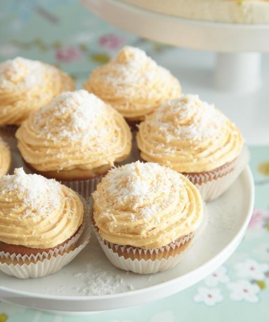 Die luftigen Mandel-Cupcakes werden mit einem Frosting aus Orangen-Buttercreme verziert.