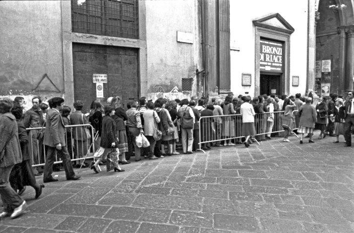 La coda fuori dall'ingresso del Museo Archeologico Nazionale di #Firenze per l'esposizione dei Bronzi di Riace, 1980-1981. Foto: Archivio Fotografico SBAT #bronziriace #maf