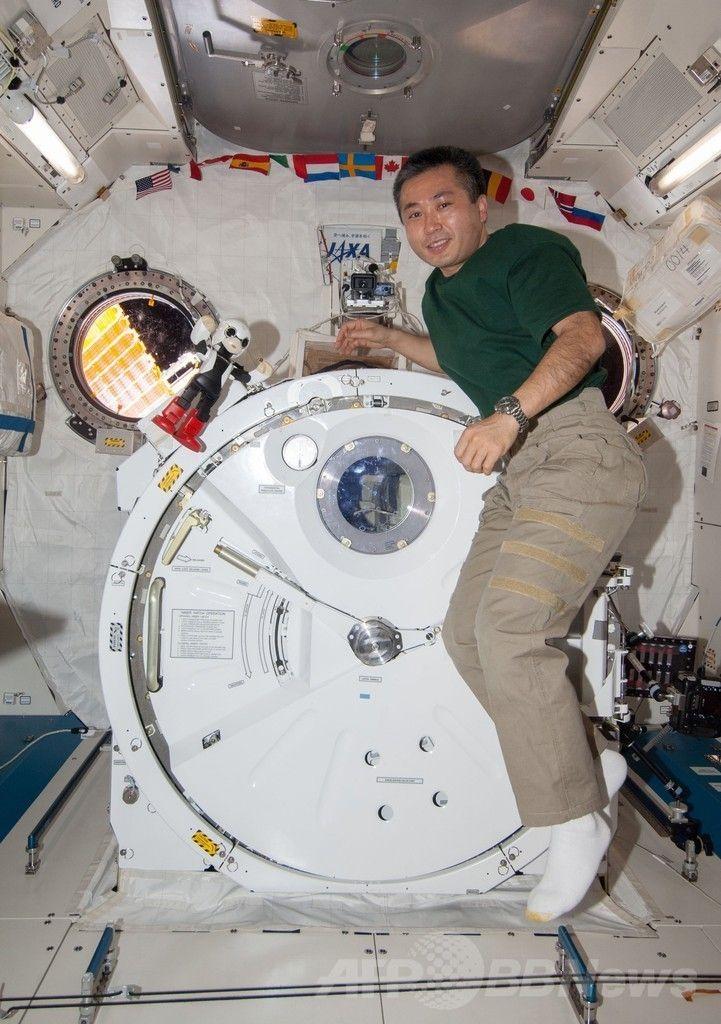国際宇宙ステーション(International Space Station、ISS)でロボット宇宙飛行士「KIROBO(キロボ)」と写真に写る若田光一(Koichi Wakata)さん(2013年12月20日公開)。(c)AFP/KIBO ROBOT PROJECT ▼20Dec2013AFP ロボット宇宙飛行士もサンタにおねだり、若田さんと会話実験開始 http://www.afpbb.com/articles/-/3005412 #International_Space_Station #ISS #Koichi_Wakata #KIROBO