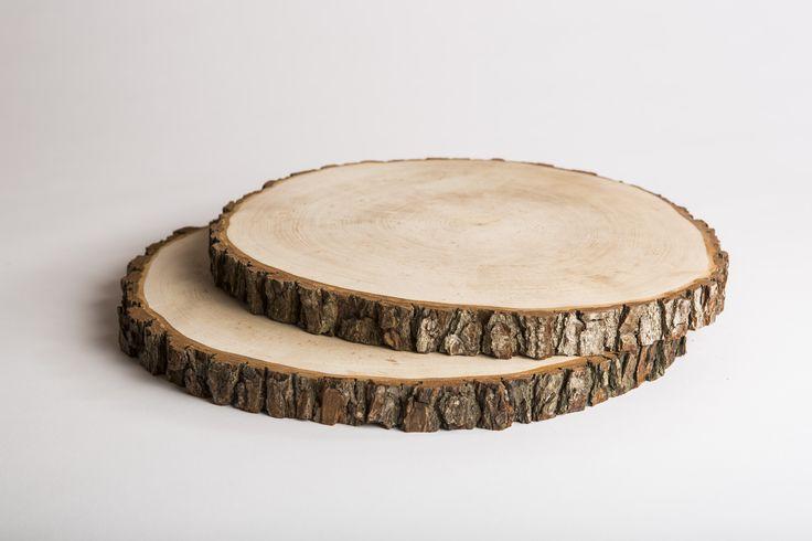 Ein rustikales Brotzeitbrett aus massivem Eschenholz, das die individuelle Maserung des Holzes zeigt. Die Rinde ist fest mit dem Brett verbunden und kann nicht abfallen. Dabei ist das zünftige Brettl vollkommen naturbelassen und stammt...