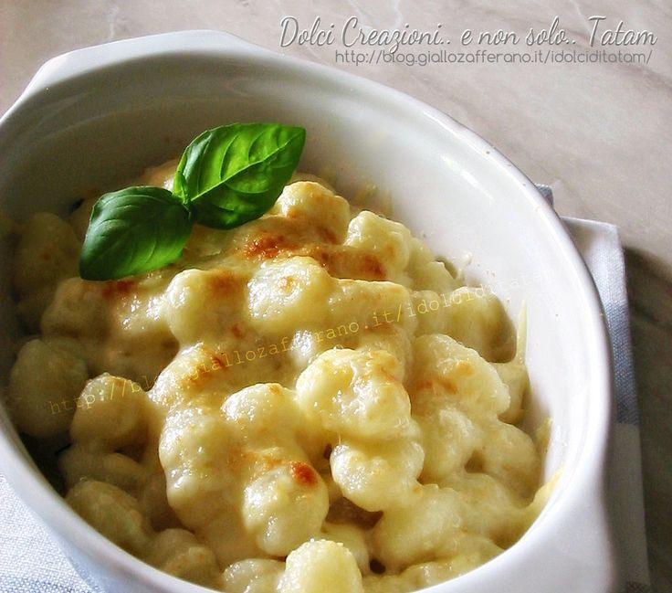 Gnocchi di patate filanti gratinati al forno: un irresistibile primo piatto di gnocchi, conditi con burro e basilico, formaggio gratinato che rende ...