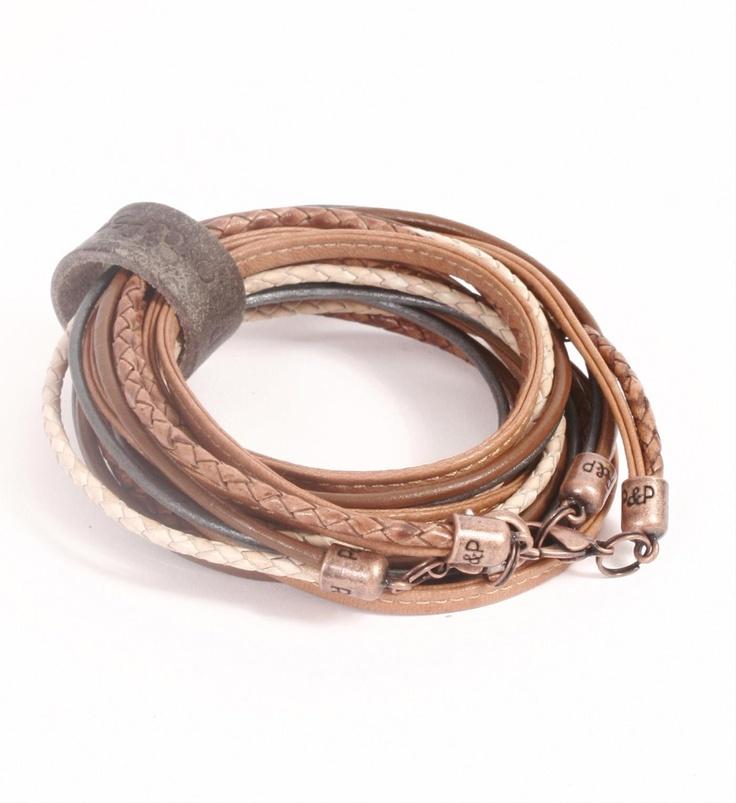 Pimps & Pearls handgemaakte leren armband model Moesss Pure in peach-naturel. Moesss Pure kan zowel als armband, ketting, heupriempje en als laarssieraad gedragen worden. Kortom, Stoer & Stijlvol! - NummerZestien.eu