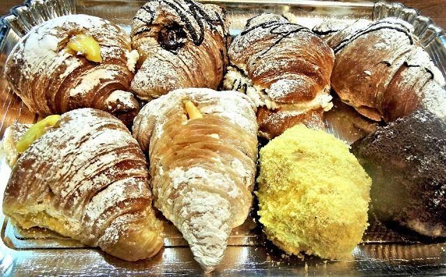 Nombreux sont ceux qui ont succombés à ces fameux croissants fourrés à la crème et aux amandes, parfois au chocolat ou aux framboises. Du petit déjeuner au goûter, on ne s'en lasse pas ! Nous vous proposons cette recette cuisinée à partir de croissants maison : le fameux croissant pur beurre parisien ou le croissant version light.Cette recette peut être préparée avec des croissants achetés, ou pour éviter de gaspiller des restes de croissants.