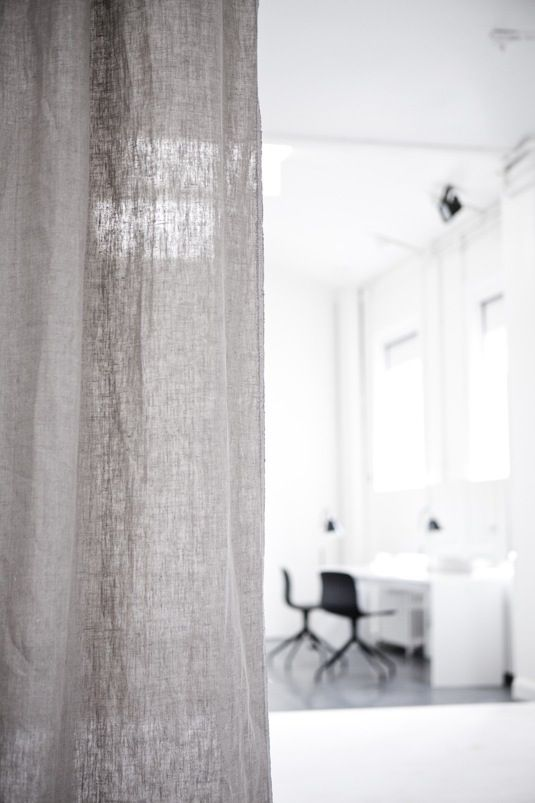 I hvilke omgivelser trives lysten til arbejde? Hvilke rammer tænder din kreativitet? Bliver du inspireret af organiseret rod, hvor indsamlede genstande i alverdens former, farver og materialer tænder nye tanketråde? Eller fortrækker du at arbejde i et rent univers, hvor koncentrationen ikke snubler over uorden? Hermed et par overvejelser om den ideelle ramme for arbejde fra en kold bænk i Milano efter et inferno af indtryk.