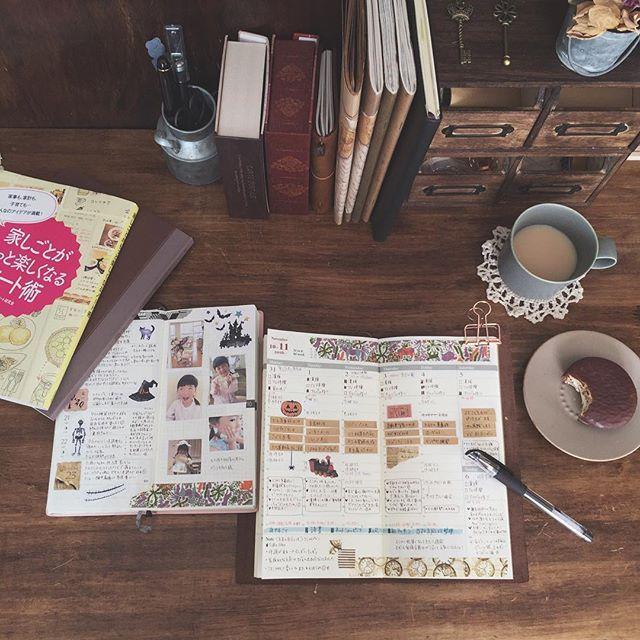 ✴︎ 2016.11.7 ・ TN主婦手帳と、ほぼ日weeks家族日記。 ・ 主婦手帳の方が12月で終わりなので、そろそろ来年の手帳を本格的に決めないとなあ、と頭を悩ませています。 条件を満たすものとして、引き続きトラベラーズノートか、ほぼ日カズンか、ジブン手帳か。 今のTNで不満はないけど、新しいものを使ってみたくもあり…うーん、うーん。悩ましい…いや、楽しい(๑′ᴗ‵๑)笑 ・ #家しごとがもっと楽しくなるノート術 、重版決定だそうで、喜ばしいです♡ igでお見かけしたんですが、表紙カバーを取るとシンプルな茶色で、こちらもすごく私好みでした! ・ #トラベラーズノート #travelersnotebook #midoritravelersnotebook #travelersnote #ほぼ日手帳 #ほぼ日手帳weeks #ほぼ日2年生 #hobonichi #手帳 #ノート #日記 #雑記帳 #ライフログ #育児日記 #シグノ部 #手帳タイム #たまの主婦手帳 #イイホシユミコ #ミナペルホネン #うちカフェノート部