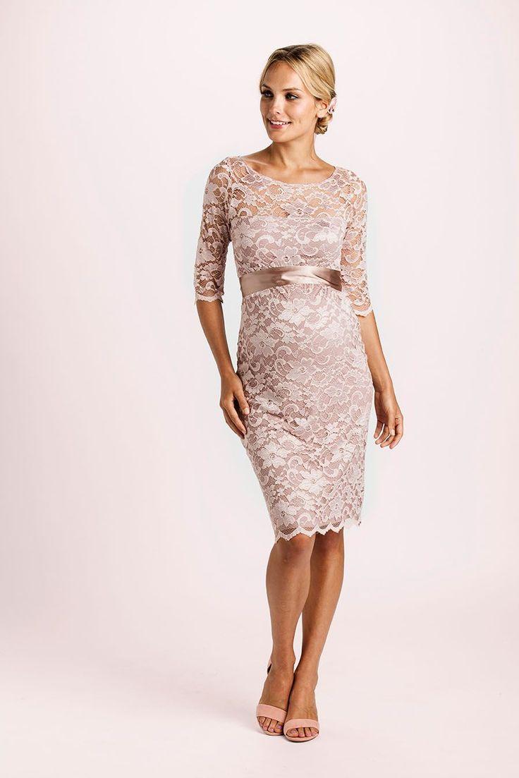 Elegantes Kleid ganz aus schöner Spitze. Besitzt ein stretchiges, super bequemes Unterkleid. Mit Rundhals-Ausschnitt, 3/4-Ärmeln und in besonders glamouröserem Look. Der mitgelieferte Satingürtel betont deine Empire-Linie....