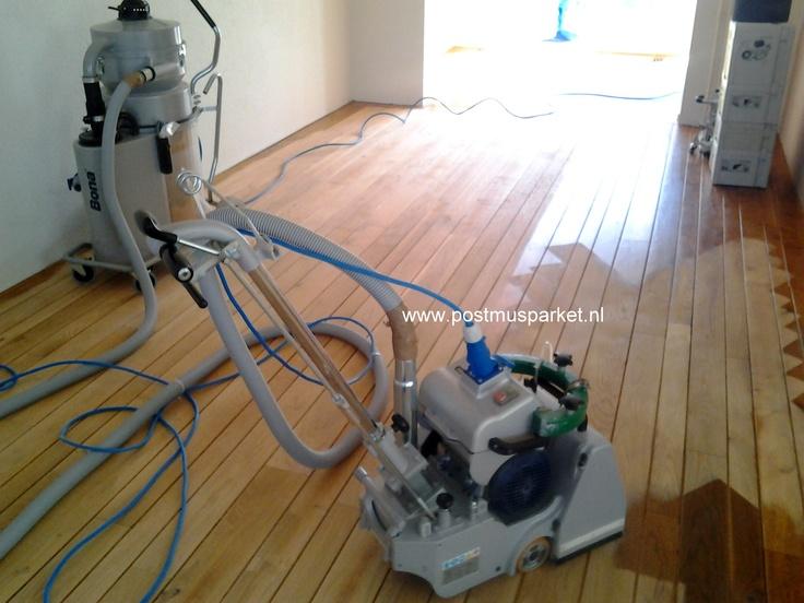 Als een vloer niet vlak is ga je deze vlak schuren vaak diagonaal.  www.postmusparket.nl