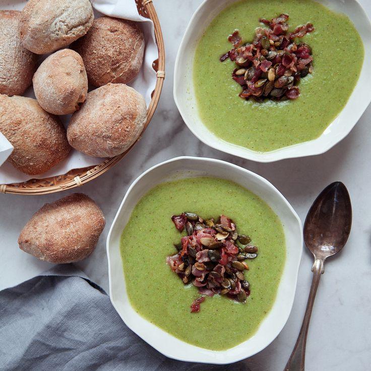En broccolisoppa fullproppad av gröna nyttigheter med krispig topping som serveras med en rad goda tillbehör! Recept på broccolisoppa finns på Tasteline.